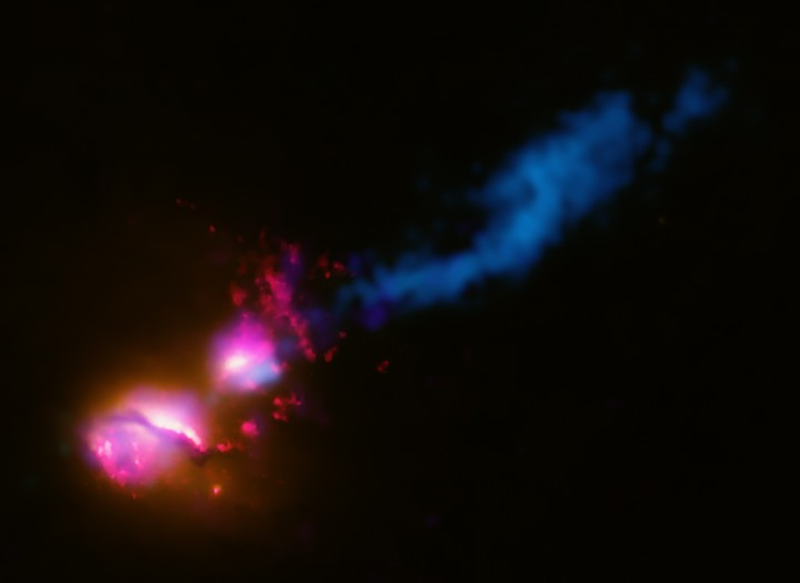 Apocalipse cósmico: esta imagem composta do objeto galáctico 3C321 mostra um poderoso jato de partículas e radiações de alta-energia emitido pelo buraco negro supermassivo da galáxia ativa de maior porte (à esquerda). Este jato atinge a galáxia vizinha no sistema binário de galáxias 3C321. Esta violência cósmica, jamais vista anteriormente, deve estar provocando profundos transtornos em quaisquer planetas que estejam caminho destrutivo do jato. O jato também está ativando a formação de novas estrelas, através da compressão do gás por onde passa. Créditos: raios-X: NASA/ CXC/ CfA/ D.Evans et al.; Óptico/Ultravioleta: NASA/ STScI; Ondas de Rádio: NSF/ VLA/ CfA/ D.Evans et al., STFC/ JBO/ MERLIN