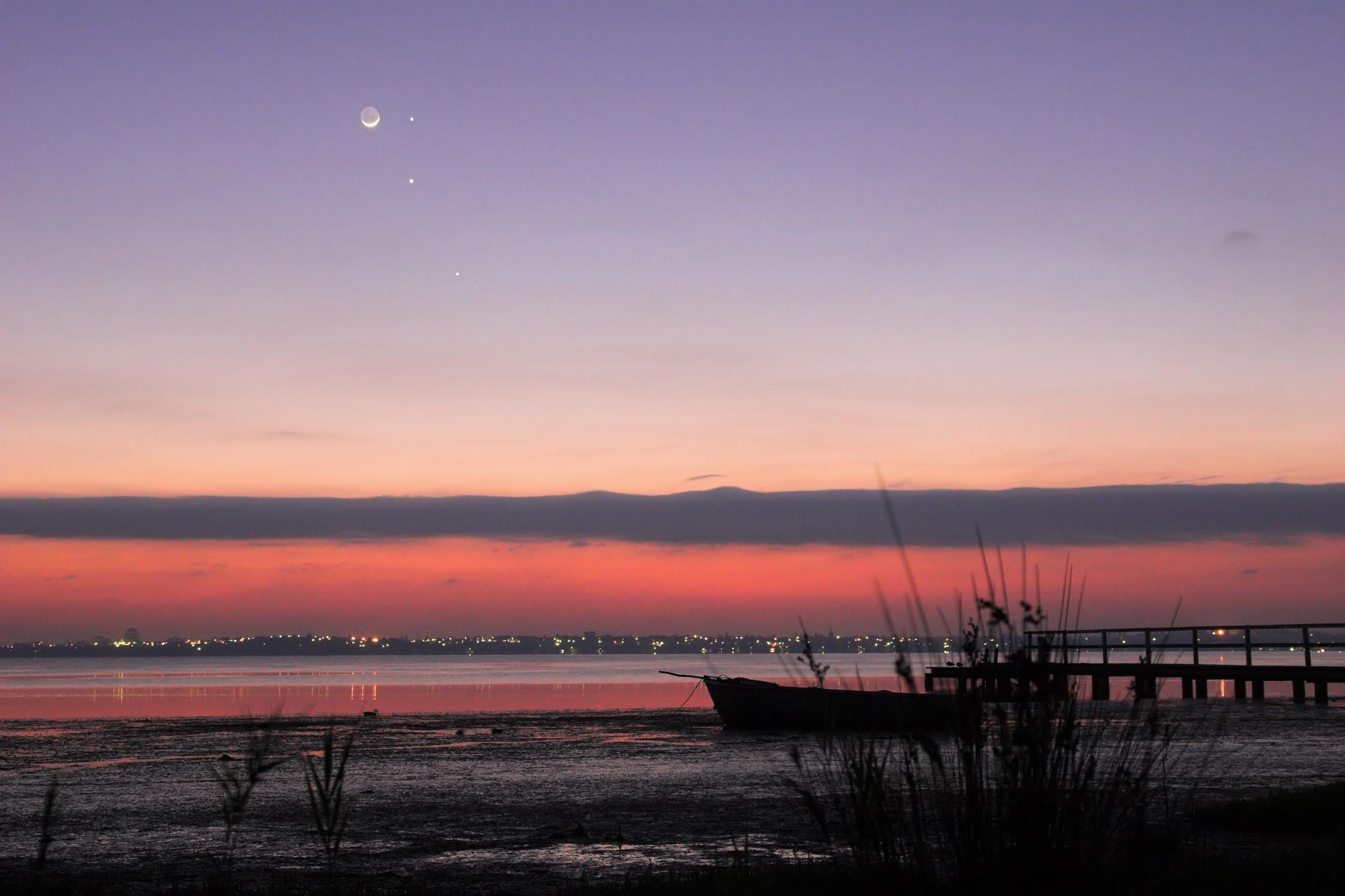 Lua, Mercúrio, Júpiter e Marte em conjunção.  Imagem capturada por Mike Salway© em 23 de fevereiro de 2009.