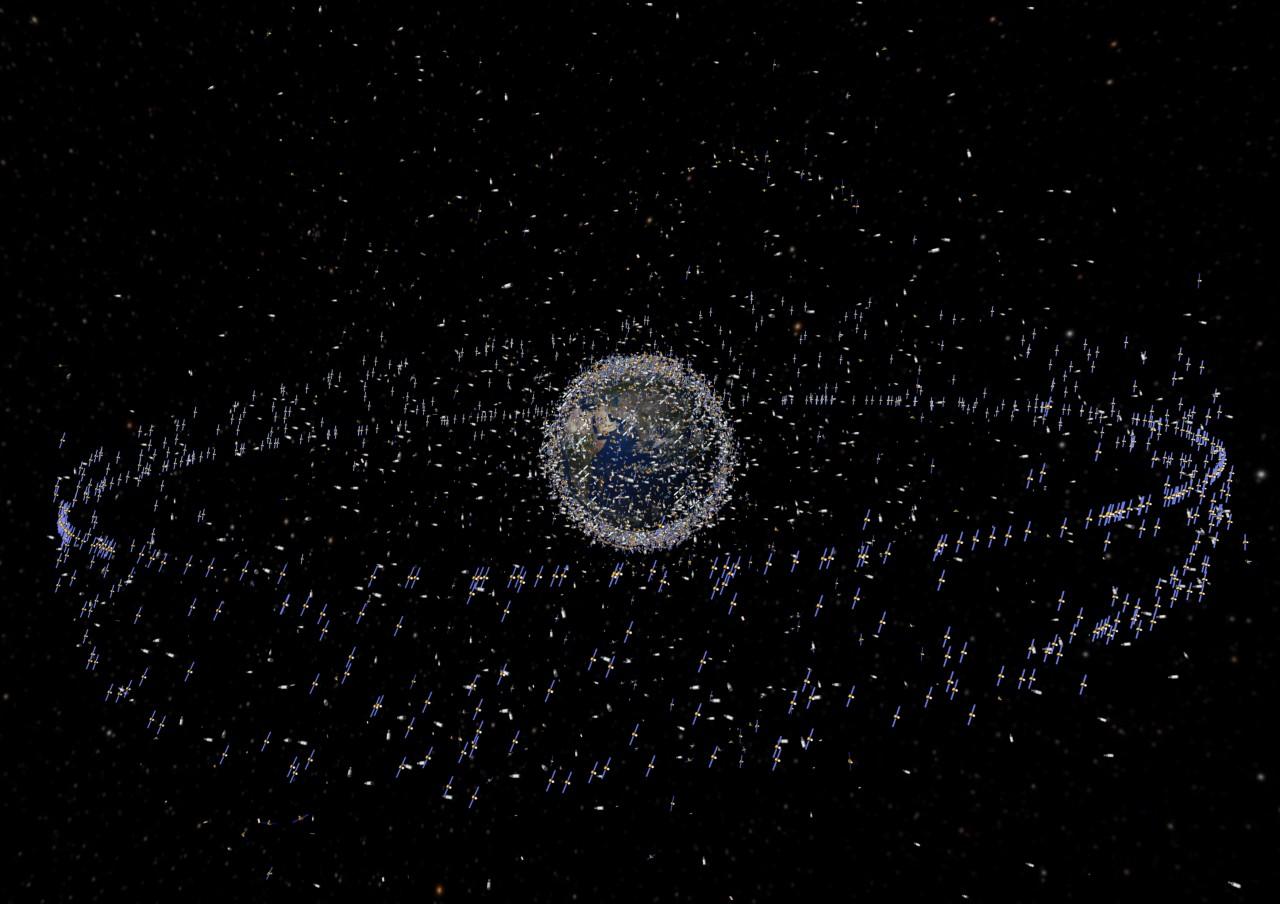 Visão esquemática da Terra cercada de objetos, sondas, satélites e escombros deixados lá pelos programas espaciais