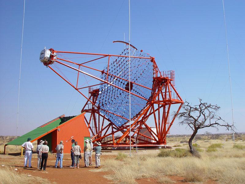 Os 4 telescópios gêmeos do High Energy Stereoscopic System na Namíbia detectaram os flashes atmosféricos causados pela absorção dos raios-gama ultra energéticos emitidos pelo blazar. Crédito: H.E.S.S.