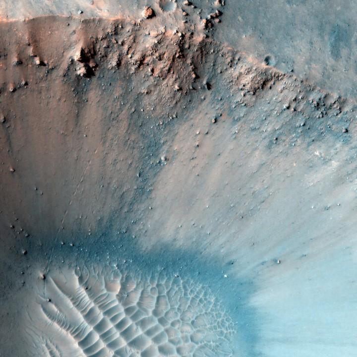 A câmera HiRISE da Reconnaissance tem revelado detalhes sutis de Marte. Há pelo menos 3 pedras que rolaram nesta imagem. Você consegue localizá-las? Amplie e verá...