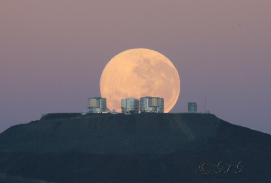 """Observatório Cerro Paranal da ESO. O monte Paranal, 2.635 mts., é considerado o lugar mais seco da Terra. A ESO opera um conjunto de 4 grandes telecópios cada qual com um espelho principal com 8,2 metros de diâmetro. Esses telescópios podem operar em grupos de 2 a 3 formando um gigantesco """"interferômetro"""" que permite aos astrônomos observar detalhes como se estivessem usando um telescópio muito maior."""