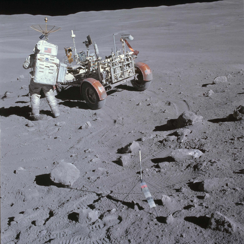 Rastros no solo lunar deixados pelo rover da Apollo 16, junto com as pegadas dos astronautas