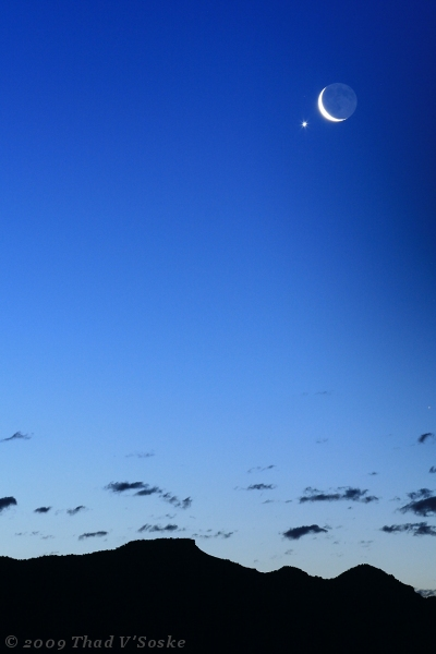 A Lua crescente apareceu sobre as montanhas do Colorado na manhã de 22 de abril de 2009 seguida de Vênus à  0,5º. Crédito: Thad V'Soske, Grand Valley, Colorado, EUA