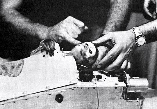 Able é extraído da cápsula espacial depois de ter sido recuperado no oceano