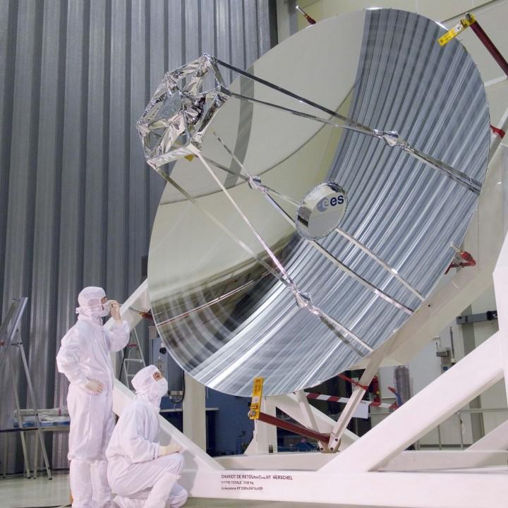 O enorme espelho de 3,5 do Herschel sendo inspecionado pelos engenheiros antes de embarcar. Crédito: ESA