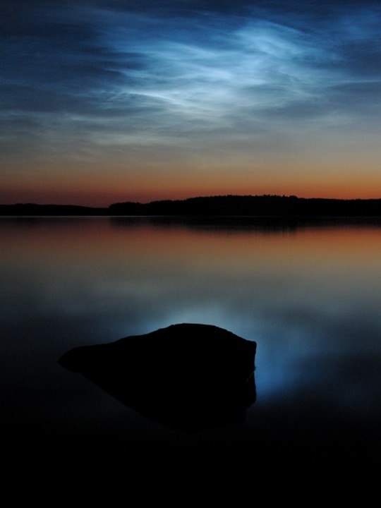 Nuvens noctilucentes sobre o lago Saimaa