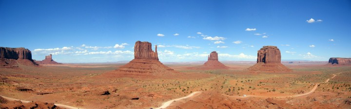 """Panorama de Monument Valley, visto do centro de visitantes e que mostra o """"Mittens buttes"""" e a estrada que permite um passeio através do parque"""