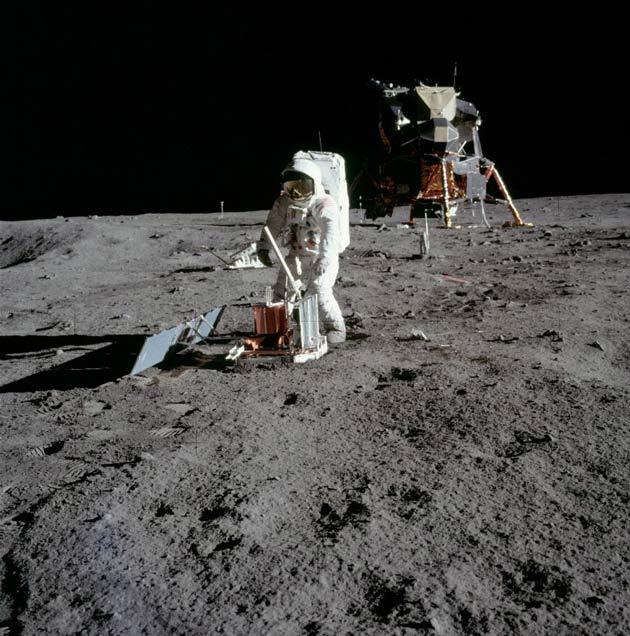 Buzz Aldrin monta um sismómetro no Mar da Tranquilidade. Crédito: NASA