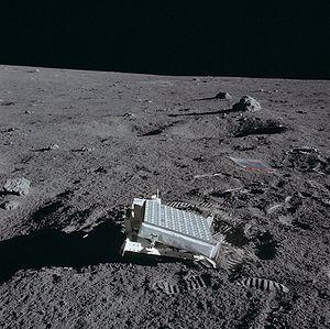 O equipamento LRRR (espelhos refletores) instalado no solo lunar pela missão Apollo 14.
