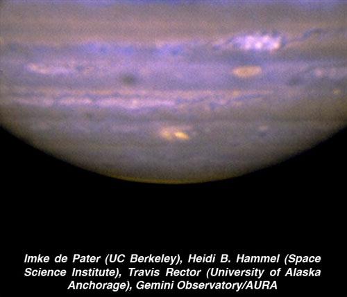 Esta imagem composta foi obtida em infravermelho pelo telescópio Gemini Norte em Mauna Kea, Havaí, 22 de julho de 2009, 13:30 UT usando o espectrógrafo MICHELE. O local de impacto aparece como uma mancha amarela brilhante, na parte inferior central do disco de Júpiter. A imagem foi composta a partir de duas fotos distintas, uma a 8,7 micrômetros (tons de azul) e outra a 9,7 micrômetros (tonalidade amarela). A imagem revela que a morfologia deste impacto é similar aos locais afetados pelos fragmentos do cometa Shoemaker-Levy 9, que se chocou com Júpiter em 1994. Crédito: Imke de Pater (UC Berkeley), Heidi B. Hammel (Space Science Institute), Travis Rector (University of Alaska Anchorage), Gemini Observatory/AURA