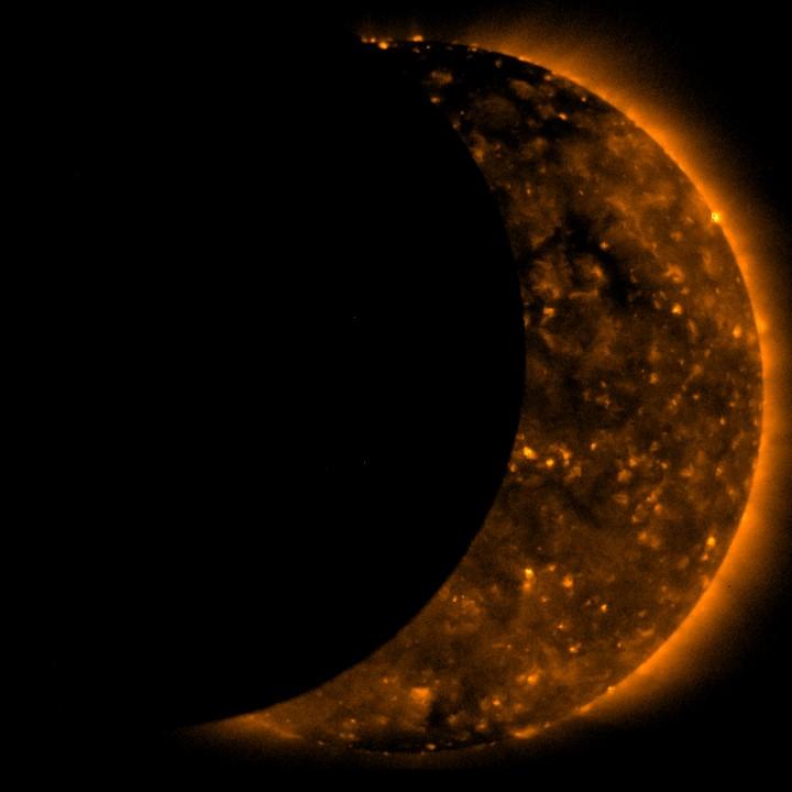 Nessa fantástica imagem, o satélite de observação solar Hinode, da agência espacial japonesa (JAXA), capturou a imagem da Lua atravessando o Sol neste eclipse de 22 de julho de 2009. Crédito: JAXA/NASA