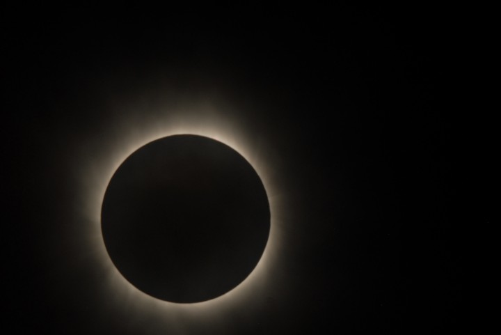 Aqui o observatório solar Hinode capturou a imagem da Corona Solar durante o eclipse.