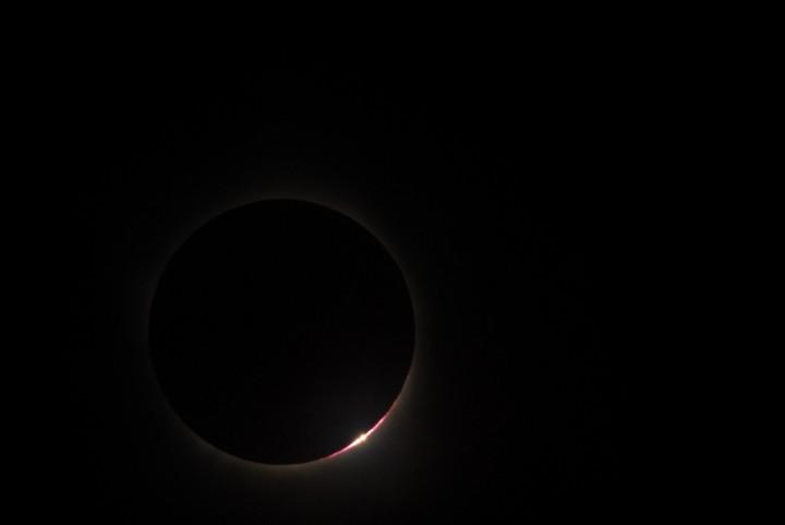Nesta imagem o observatório solar Hinode nos mostra o 'anel-de-diamante' do eclipse do século.