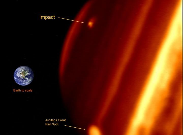 Esta imagem em infravermelho obtida pelo telescópio Keck II no Havaí mostra a nova mancha observada em Júpiter e seu tamanho em comparação a Terra. Crédito: Paul Kalas (UCB), Michael Fitzgerald (LLNL/UCB), Franck Marchis (SETI Institute/UCB), James Graham (UCB)