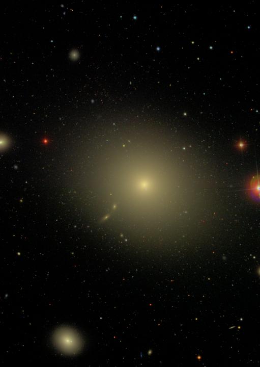 A galáxia elíptica M87, seu jato de matéria e sua população de aglomerados globulares. Crédito: SDSS ( http://www.astro.princeton.edu/~rhl/PrettyPictures/ ). Clique na imagem para acessar a versão em alta resolução.