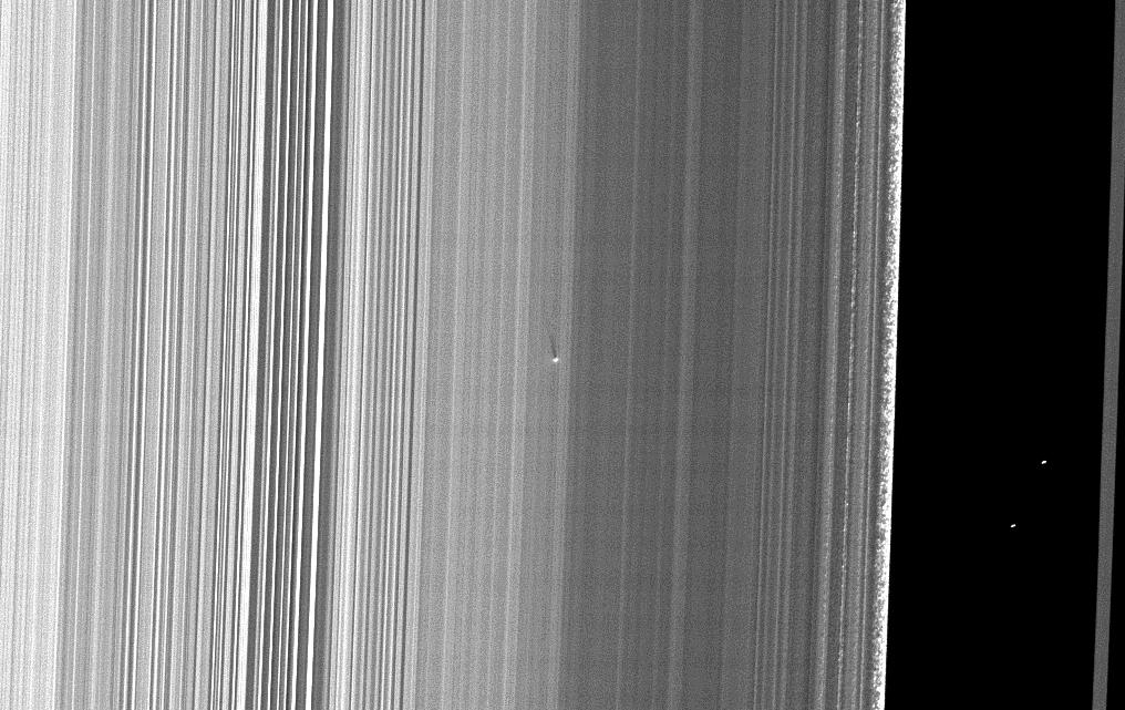 Cassini visualiza uma microlua com 400 metros de diâmetro no anel B de Saturno através de sua sombra com 41 km. Crédito: NASA/JPL/Space Science Institute – missão Cassini