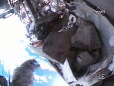 A caixa de ferramentas da Estação Espacial Internacional escapando para o espaço...