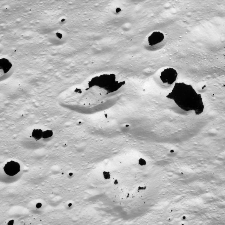A transição entre o gelo branco e as manchas negras em Iapetus, fotografada pela Cassini