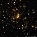 CL0024+1654: Hubble mostra como um aglomerado galáctico atua como lente gravitacional