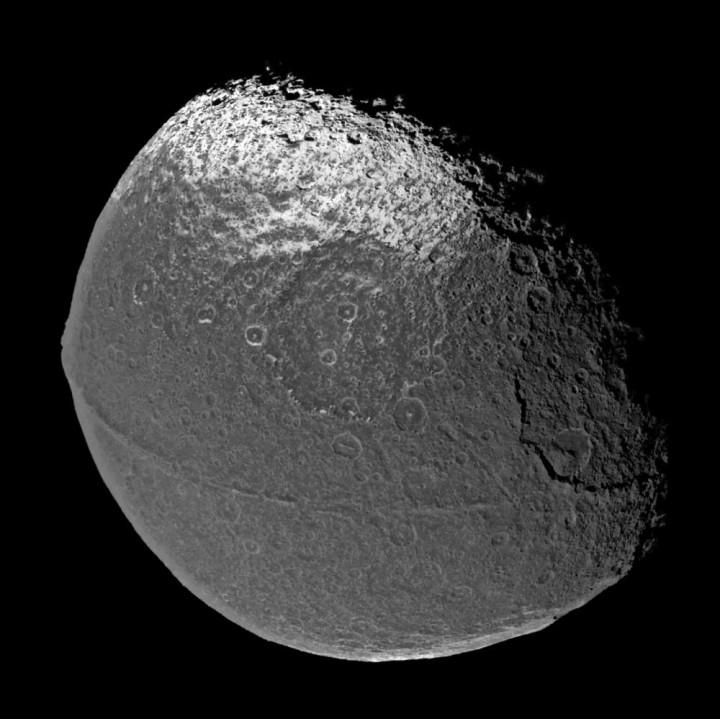 Cassini mostra aqui o risco no equador da lua Iapetus