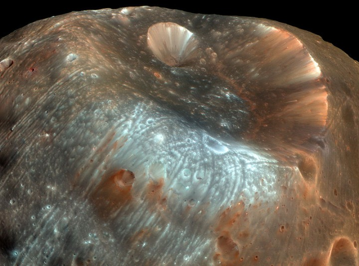 Fobos: visão da cratera Stickney fotografada pela câmera HiRISE da MRO (Mars Renonnaissance Orbiter)