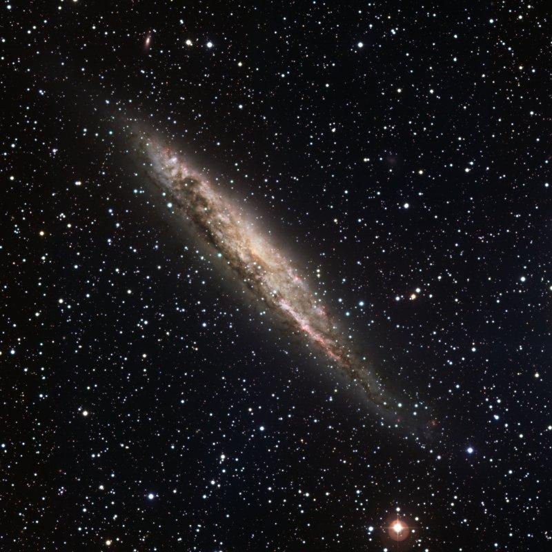 NGC 4945 foi fotografada pelo equipamento Wide Field Imager do telescópio de 2,2 metros do ESO em La Silla no Chile