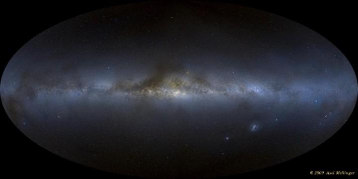 A nossa galáxia, a Via Láctea, brilha gloriosamente no céu noturno. No entanto, galáxias obscuras vizinhas podem ser tênues demais para serem vistas. Aqui vemos o Panorama de todo o céu criado por Axel Mellinger a partir de 3.000 imagens