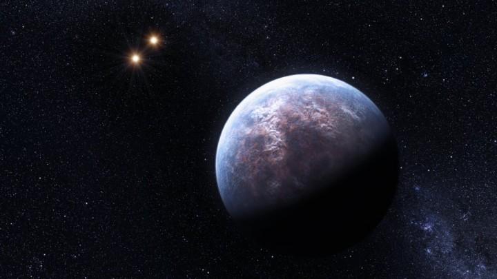Impressão artítica do exoplaneta Gliese 667c do sistema triplo Gliese 667. Aqui vemos o exoplaneta e as duas estrelas distantes do sistema. Crédito: ESO