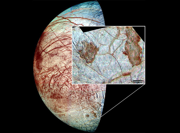 Europa segundo a sonda Galileo. O quadro mostra as regiões escuras e fraturadas de Thera e Thrace. Crédito: Projeto Galileo, Univ. Arizona, JPL, NASA