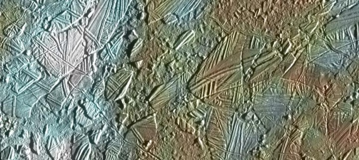 Visão de uma pequena região de fina e rompida crosta de gelo na região de Conamara na lua Europa de Júpiter, mostrando em cores a interseção entre a superfície e as estruturas de gelo. As cores brancas e azuis destacam áreas que foram branqueadas por uma fina camada de partículas de gelo ejetada por quando da formação de enorme cratera de Pwyll (26 km de diâmetro) que fica 1.000 km ao sul desta região. Algumas poucas crateras com diâmetro de 500 metros ou menos podem ser vistas associadas com estas regiões. Estas crateras se formaram provavelmente ao mesmo tempo em que ocorreu o branqueamento por causa dos blocos largos e intactos de gelo atirados para cima pela explosão do impacto que formou a cratera Pwyll.