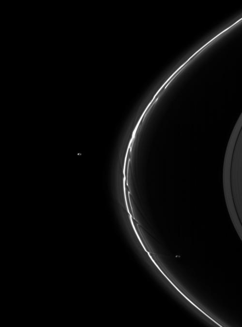 Perturbações no anel F de Saturno. Crédito: NASA/JPL/Space Science Institute