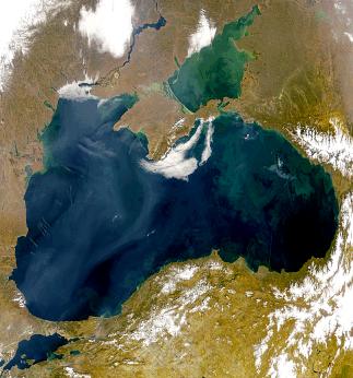 O mar Negro é um mar interior entre o sudeste da Europa e a Ásia Menor. Conecta-se com o Mar Mediterrâneo pelo Bósforo e o Mar de Mármara, e ao Mar de Azov pelo estreito de Kerch.  Há um importante fluxo de água através do Bósforo, 200 km³ por ano e de água doce das áreas adjacentes, especialmente da Europa Central e Oriental, totalizando 320 km³ por ano. O Mar negro tem uma área de 436.400 km² e uma profundidade máxima de 2.206 metros.