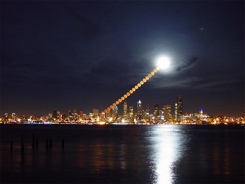 A Lua sobre o céu de Seattle por Shay Stephens