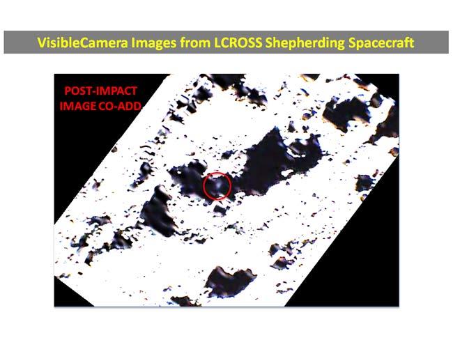 Imagens da câmara no espectro da luz visível capturadas pela LCROSS revelam uma pluma com 6 a 8 km de altura meros, alguns segundos após a sonda ter impactado a superfície daLua. Crédito: NASA ARC/LCROSS/A. Colaprete
