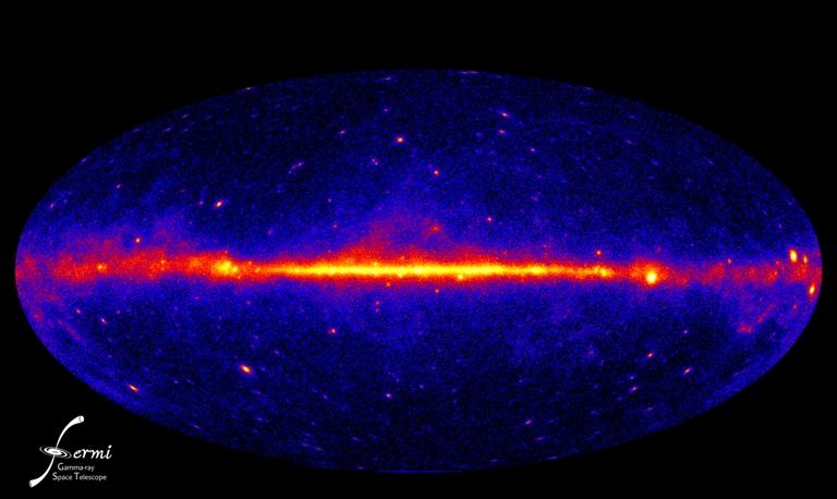 Esta visão do céu de raios-gama foi construída a partir de um ano de observações do FERMI LAT. Este mapa representa a melhor visão do lado extremo do Universo até agora. Esta é uma visão de raios-gama ultra energéticos, 120 milhões de vezes mais potentes que a luz visível. As cores mais brilhantes representam maiores incidências. Crédito: NASA/DOE/Fermi LAT Collaboration