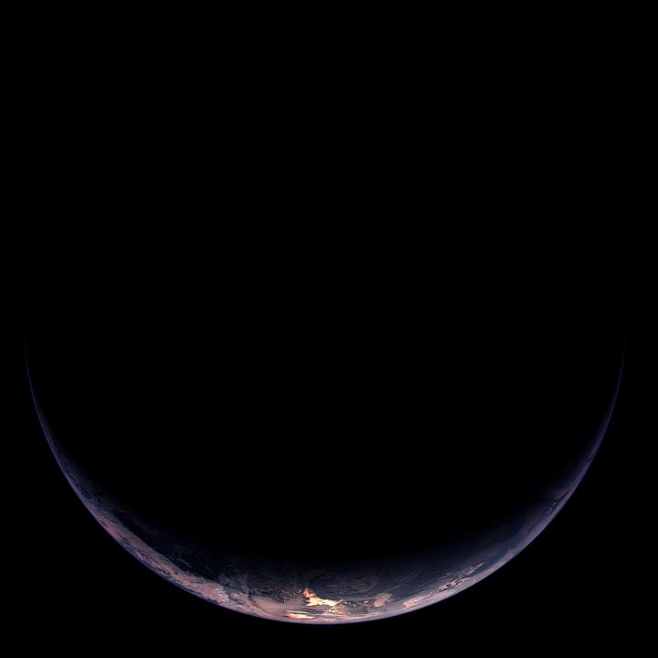 A Terra crescente iluminada mostra parte da América do Sul e da Antártida. A câmera OSIRIS capturou esta imagem a partir de uma distância de 350.000 km. A resolução é de 6,5 km/pixel. Créditos: ESA ©2009 MPS for OSIRIS Team MPS/UPD/LAM/IAA/RSSD/INTA/UPM/DASP/IDA
