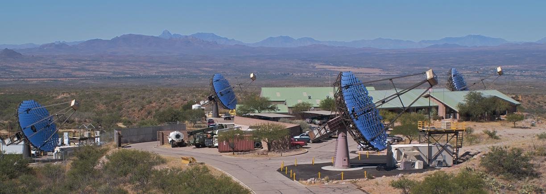 O Very Energetic Radiation Imaging Telescope Array System (VERITAS) é um conjunto com quatro 12-metros telescópios de Cherenkov usados para detectar fontes astrofísicas de raios-gama de alta energia. Crédito: Steve Criswell, SAO