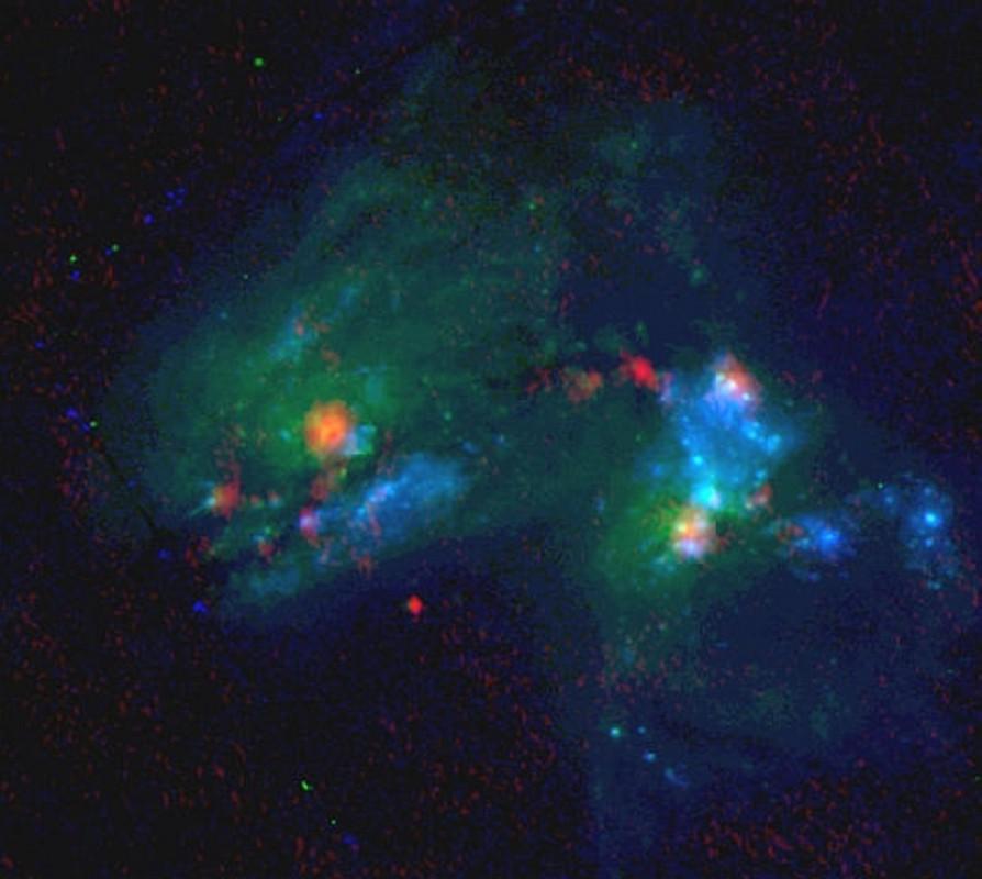 O sistema de galáxias em processo de fusão Arp 299 consiste das galáxias IC 694 (à esquerda) e NGC 3690 (à direita). Crédito: Hubble