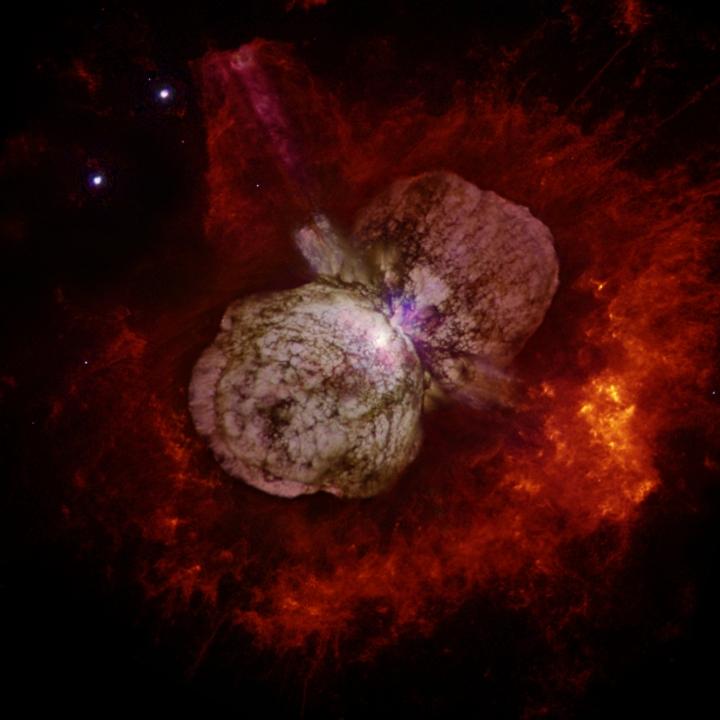 Eta Carinae é uma hipergigante azul de luminosidade variável, cercada por uma nebulosa gerada pelo seu violento vento estelar, é canditada a uma hipernova.