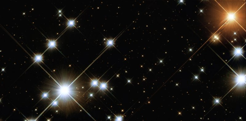 """Esta imagem é um """"close-up"""" da """"Caixa de Jóias"""" (NGC 4755) fotografado pelo telescópio espacial Hubble da NASA/ESA. Aqui se destacam várias estrelas luminosas supergigantes azuis junto com uma singela supergitante vermelho-rubi e uma pletora de estrelas coloridas. Também vemos estrelas tênues com cores diversas. A diversidade de brilhos deste aglomerado estelar é justificada pela presença de massivas estrelas (15 a 20 vezes a massa solar) agrupadas com diminutas anãs vermelhas (em torno de 0,5 vezes a massa do Sol, ou menos). Nesta imagem o Hubble captou a radiação luminosa desde o ultravioleta até o infravermelho. Crédito: NASA/ESA/Hubble Space Telescope"""
