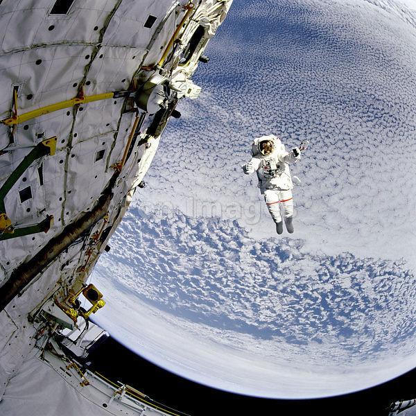 Astronauta Mark C. Lee flutua no espaço (16 de setembro de 1994). O programa espacial produz tecnologia sofisticada para uso dos astronautas e de alguma forma isto acaba trazendo benefícios para nós todos. Em alguns casos, os novos produtos desenvolvidos acabam tornando-se objetos de uso doméstico. Crédito: NASA