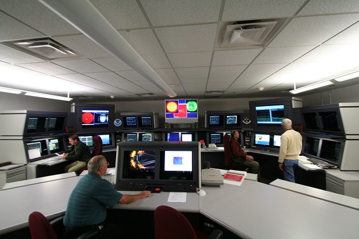 Previsões do clima espacial são realizadas no Space Weather Prediction Center, da NOAA, em Boulder, Colorado (Crédito: NOAA)