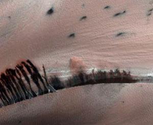 A nuvem de poeira em ação foi capturada pela câmera HiRISE. Fantástico !!!