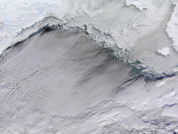 """""""Ruas de nuvens"""" se formam no Estreito de Bering. Crédito: NASA Earth Observatory"""