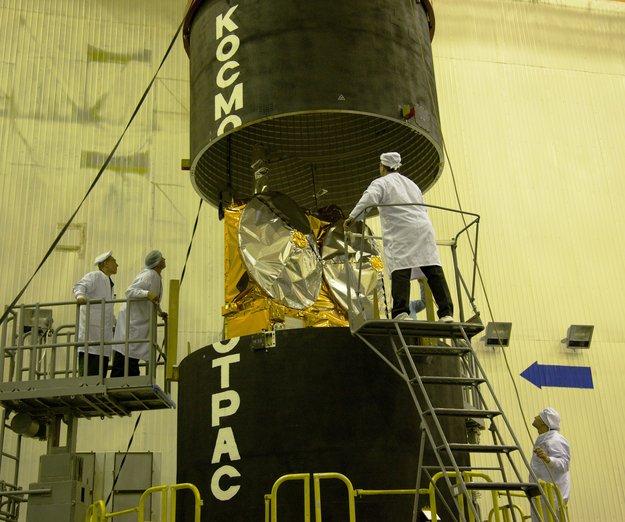 A 'última olhada' no CryoSat-2 ao ser armazenado no lançador Dnepr em 10 de ferereiro de 2010. Crédito: ESA