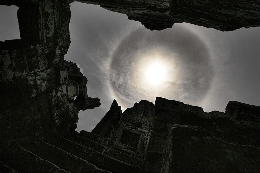 Um halo solar sobre o templo de Bayon, em Angkor, Camboja - Crédito©: Nagy Attila