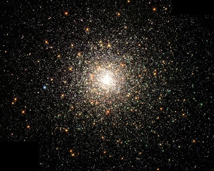Imagem do típico aglomerado globular Messier 80 capturada pelo Hubble. Trata-se de um enxame estelar composto de centenas de milhares de estrelas que está localizado na direção da constelação de Escorpião. A Via Láctea tem cerca de 160 aglomerados globulares dos quais 25% têm origem alienígena. Crédito: NASA / The Hubble Heritage Team / STScI / AURA