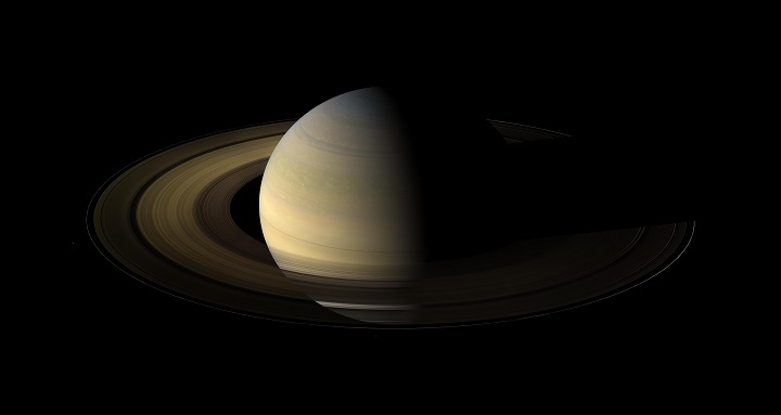 A câmera grande angular da sonda Cassini capturou 75 exposições em série para fazer este mosaico de Saturno, dos anéis, e algumas das suas luas, 36 horas depois do equinócio de Saturno, quando o disco solar estava exatamente por cima do equador do planeta e a 20 graus acima do plano dos anéis. Crédito: NASA/JPL/Space Science Institute