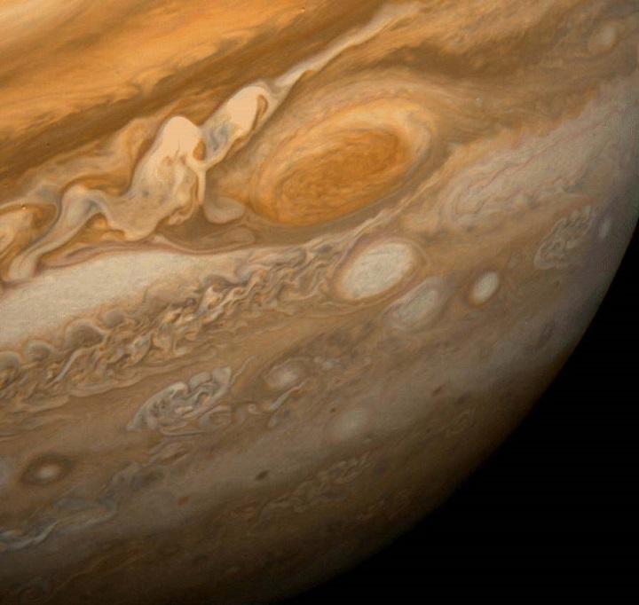 Imagem da Grande Mancha Vermelha, obtida pela Voyager 1 em 25 de fevereiro de 1979, quando a sonda estava a 9,2 milhões km de Júpiter. Detalhes de até 160 km de extensão podem ser vistos aqui. O padrão colorido e ondulado à esquerda da Mancha Vermelha é uma região com movimentos extremamente complexos e variáveis. A tempestade oval branca diretamente abaixo da Mancha Vermelha possui o mesmo diâmetro da Terra.